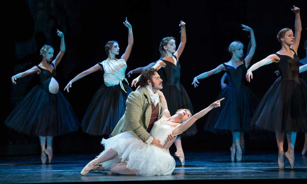 Bryan Hymel and the ballet in <i>Les Vêpres siciliennes</i>.  © ROH/Bill Cooper